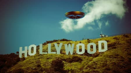 ekstra : UFO 009: A UFO flies over the Hollywood Sign.