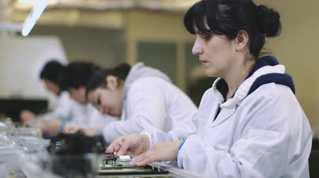 линии : female workers manufacturing Circuit Boards in Electronics Factory - Assembly line of LEDs, Transistors and other Electronic components being installed Стоковые видеозаписи