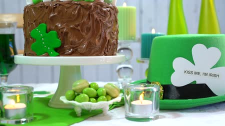 přezka : Happy St Patricks Day party table with chocolate cake, close up dolly pan. Dostupné videozáznamy