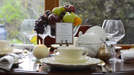 ebéd : Elegant formal Thanksgiving table in front of garden window, close up of centerpiece and turkey tureen