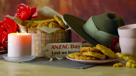 nový zéland : Traditional ANZAC biscuits for ANZAC Day and Remembrance Day memorial holidays in vintage style setting with Australian army slouch hat.