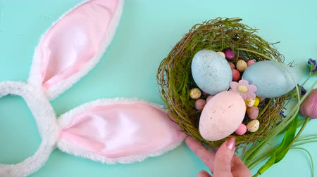 życzenia : Happy Easter overhead with Easter eggs and decorations on a wood table background