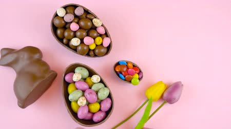 vasárnap : Happy Easter overhead with Easter eggs and decorations on a wood table background