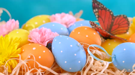 vasárnap : Happy Easter ornaments, eggs and spring flowers on a blue and white background.
