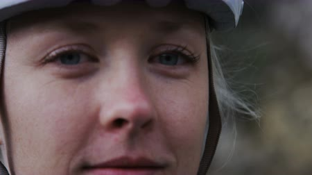 ciclismo : Close up of woman in biking helmet