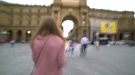 eşitlik : woman takes photo on bridge in Florence, Italy Stok Video