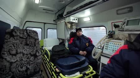 ambulância : woman medic in the ambulance rides