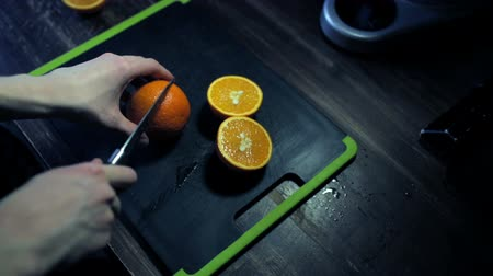 диета : Sliced ripe oranges on a black cutting board Стоковые видеозаписи