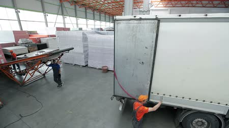 dizilirler : Truck pulls up to the loading belt in the hangar