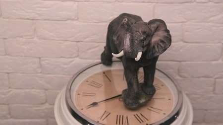 mamut : Statuette of an elephant standing on the watch dial and spinning.