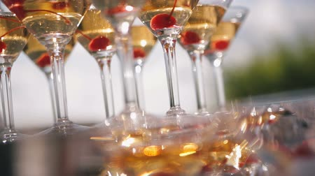 espumante : A pyramid of wine glasses with champagne on the table. Vídeos