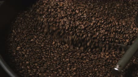 kahve çekirdeği : Coffee machine mixes coffee beans.  Slow motion. Close-up.