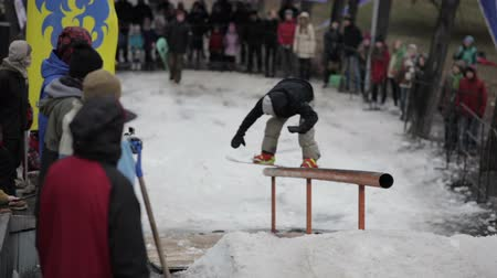 trik : Snowboarder does the trick
