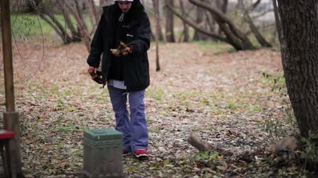 literário : Man throws something in the trash in the forest