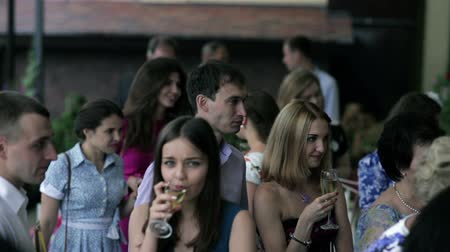 na zdraví : People are drinking champagne and talking