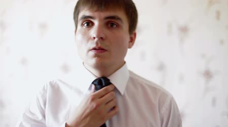 аккуратный : Man straightens his tie close-up