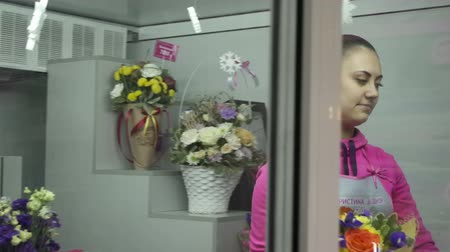 kwiaciarnia : Florist preparing bouquet in gift shop