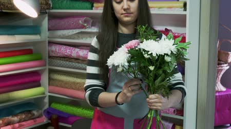 flower shops : Florists create bouquets in flower shop Stock Footage