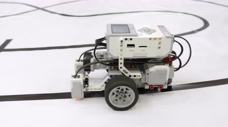 mecânica : Demonstration of a small robot moving on wheels on a robotics festival