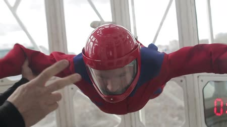 tunel : Man in the wind tunnel Wideo