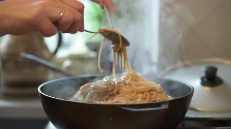 culinária : The process of cooking Italian pasta