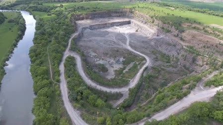 calcário : Aerial view of work in a mining career.