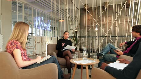 четыре человека : Four office workers talking in a meeting in office. Creative people sharing theirs ideas in a discussion.