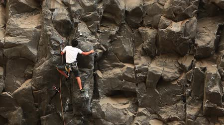 wspinaczka : Rock climbing on a ideal vertical wall. Wideo