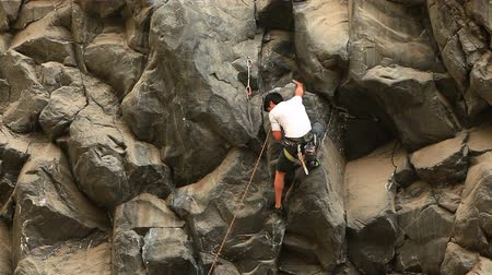 alpinista : Rock climbing on a ideal vertical wall. Stock Footage
