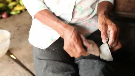 крупный план : Woman hands making pottery , rural scene in ecuadorian Amazonia