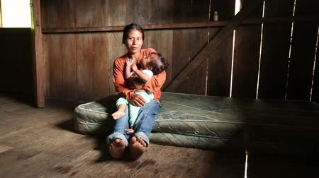 yoksulluk : Mother with child living in very poor conditions, Ecuadorian Amazonia Stok Video