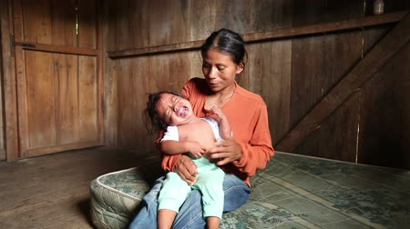 amazonka : Mother with child living in very poor conditions, Ecuadorian Amazonia Wideo