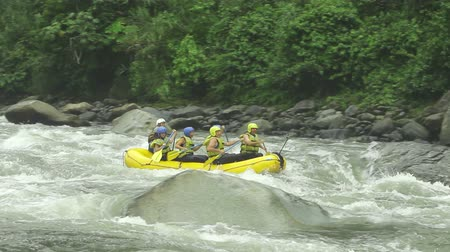veslování : Group of six people white water rafting on Pastaza river, Ecuador