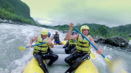 экстремальный : of six people white water rafting. Onboard camera. Стоковые видеозаписи