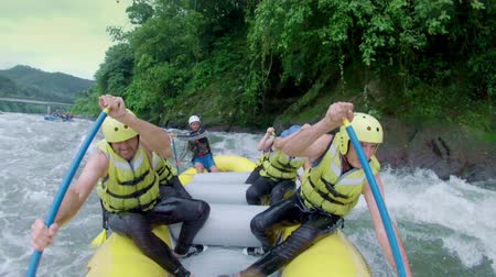 экстремальный : Team of six people white water rafting. Onboard camera.