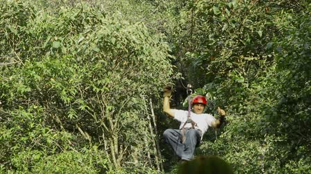 adrenalin : Adult man ridding a zipline in Ecuadorian Andes, fixed camera Dostupné videozáznamy
