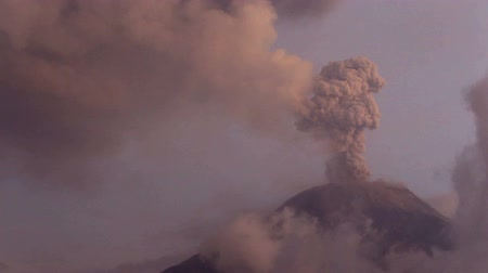 cogumelos : Fixed camera, clouds moves away to reveal Tungurahua volcano eruption.
