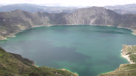 krater : Pan shot over Quilotoa volcano crater lagoon in Ecuadorian Andes Stok Video