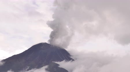 földrengés : Tungurahua Volcano In South America Time Lapse During Daytime Eruption Stock mozgókép