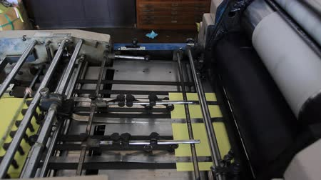 printings : Manufacturing process, Printing machine press in Action.