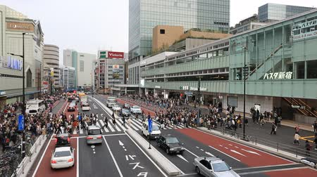 navette : Tokyo, Japan - April 9, 2016: People for street crossing at Shinjuku Express Bus Terminal. The bus terminal serves mainly Keio Group bus routes, is a hab of long distance bus services in Tokyo. Vidéos Libres De Droits