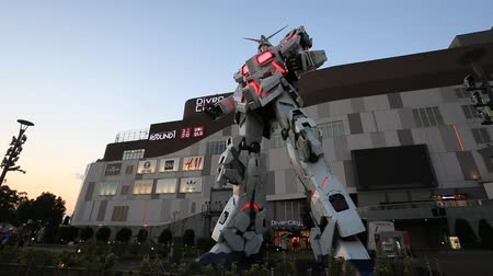 licorne : Tokyo, Japan - October 18, 2018: Full-size Mobile suit RX-0 Unicorn Gundam replica from the Mobile Suit Gundam Unicorn series with light show at Diver City Tokyo Plaza - a Shopping mall in Odaiba area