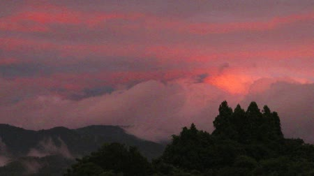 manhã : clouds glow red in sunset