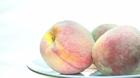 őszibarack : peaches rotate on a plate.