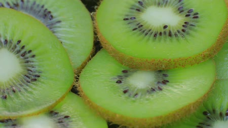 yarım uzunluk : Lie on a plate of sliced kiwi.