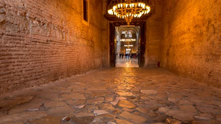 muzeum : The halls of Hagia Sophia with people walking through