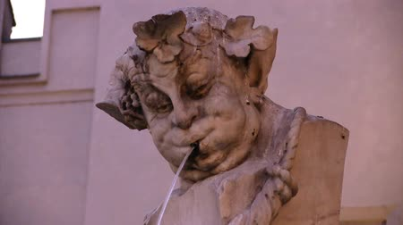 munique : Ancient head fountain on the streets of Munich Vídeos