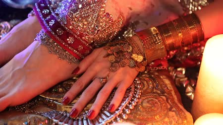 juwelen : Indian Wedding Voorbereiding. Luxe Oriental Fashion Accessories: Vrouwelijke voet en handen, Beautiful National Indian Bridal Golden Jewellery. Eastern Traditionele Sari kleren. Kleurlenzen, kaarslicht.