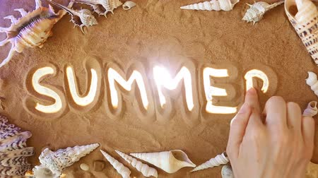 temporadas : Hand drawing Summer in the Sand. Top view. Discover concept: Summer icon is Highlighted by Rays of Light. Beautiful Romantic Sandy Beach Background. Sea Leisure. Traveling and journey