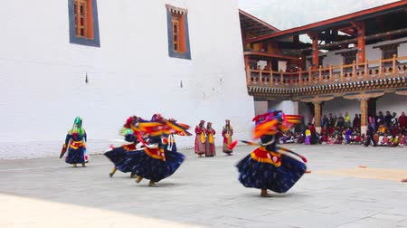 festivais : masked dancers at  drupchen festival in the dzong of Punakha, Bhutan. Drupchen festival is taking place yearly in march. Vídeos